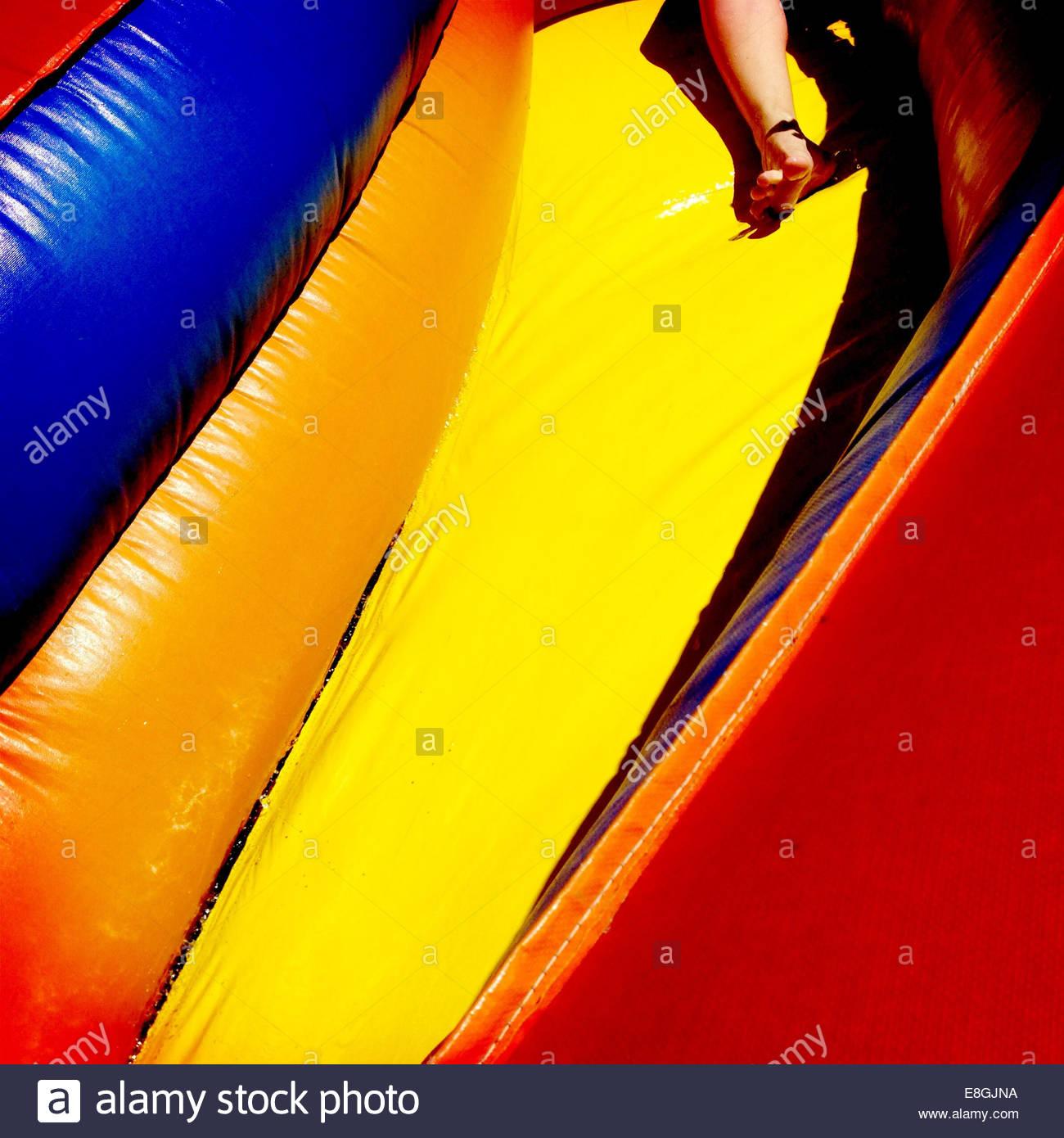 Le gambe della persona scorrendo giù colorata waterside Immagini Stock