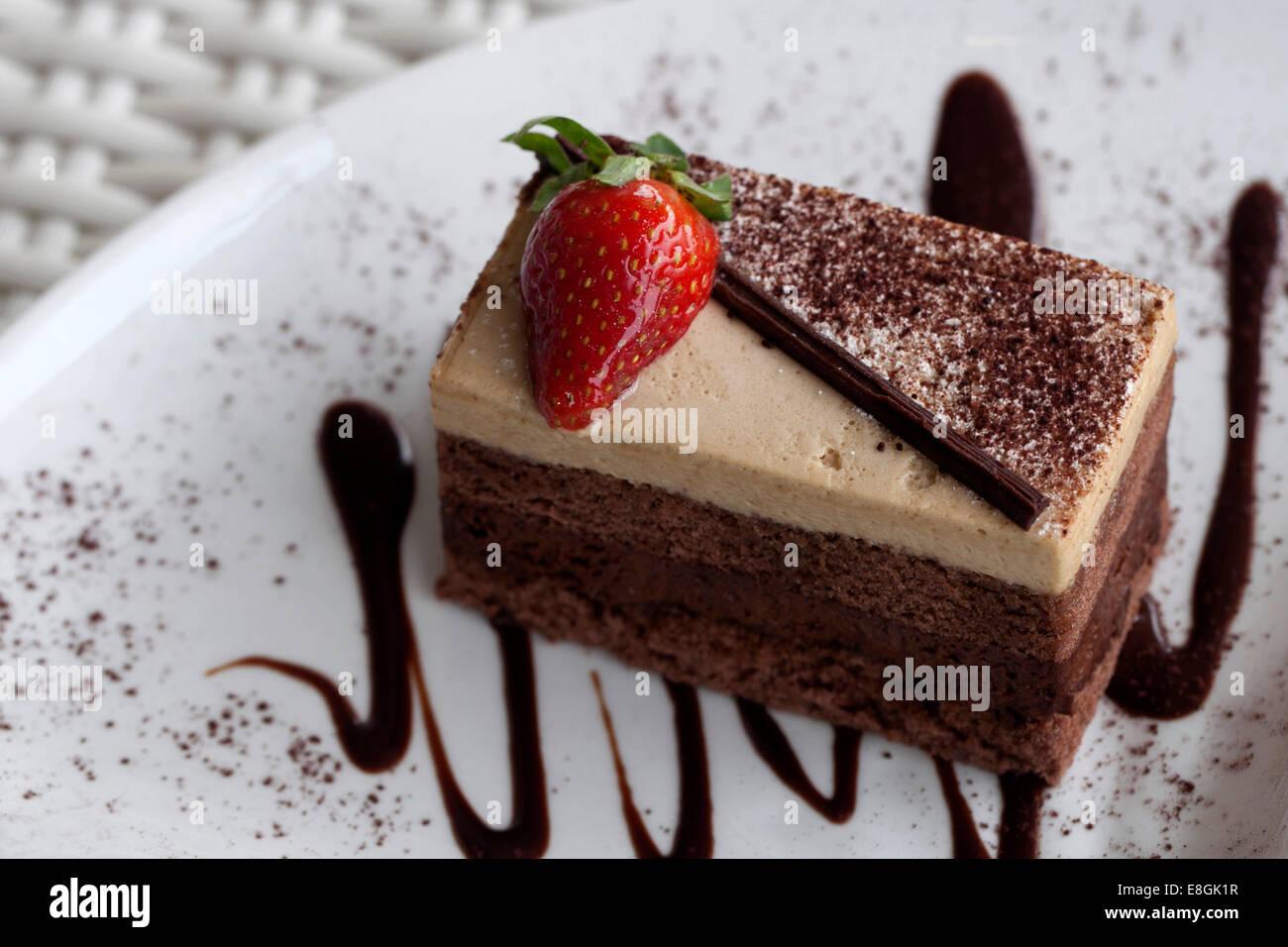 Indonesia, Java, Bandung, fetta di torta al cioccolato Immagini Stock