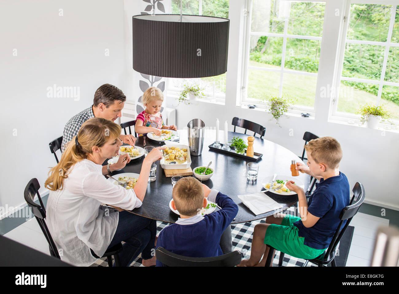 Famiglia avente il pranzo a casa Immagini Stock
