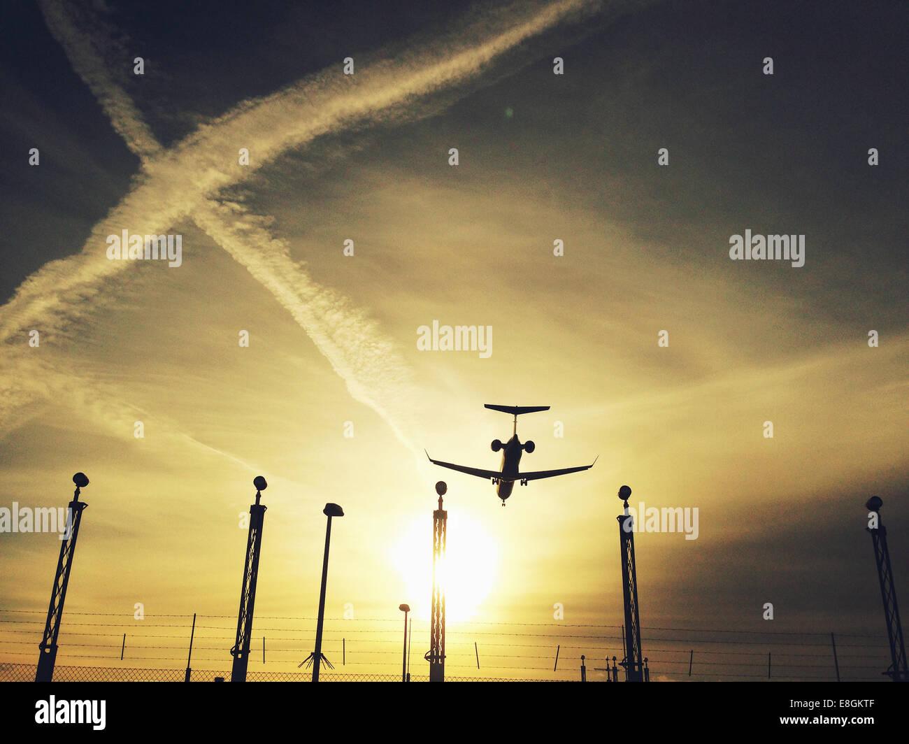 Silhouette di atterraggio aereo Immagini Stock