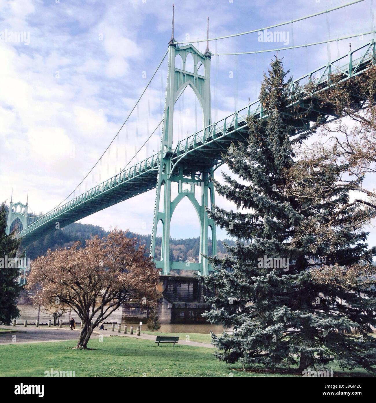 Stati Uniti d'America, 97203, Oregon, Multnomah County, Portland, basso angolo vista di Saint Johns bridge Immagini Stock