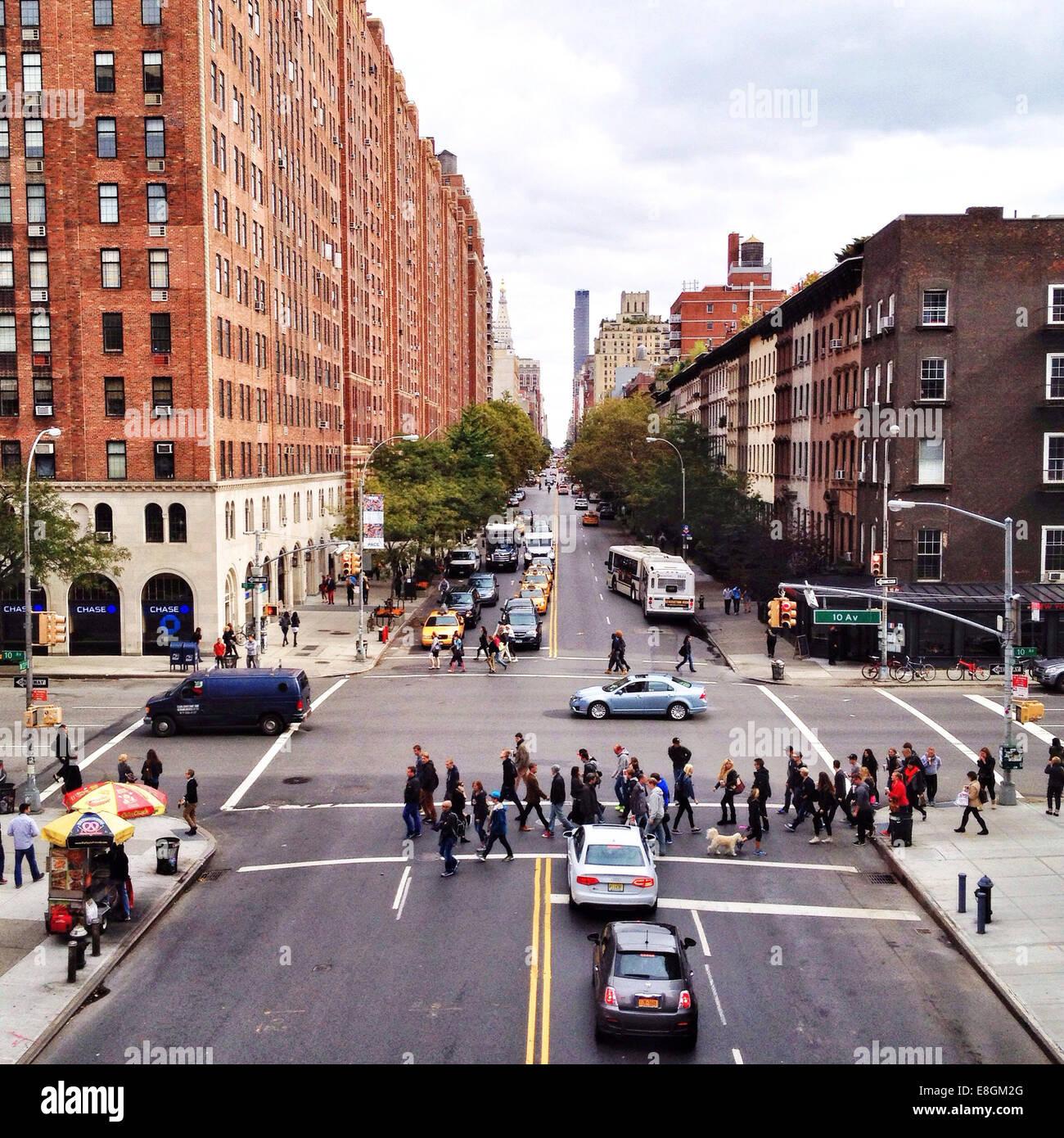 Stati Uniti d'America, New York City, persone attraversando via Immagini Stock