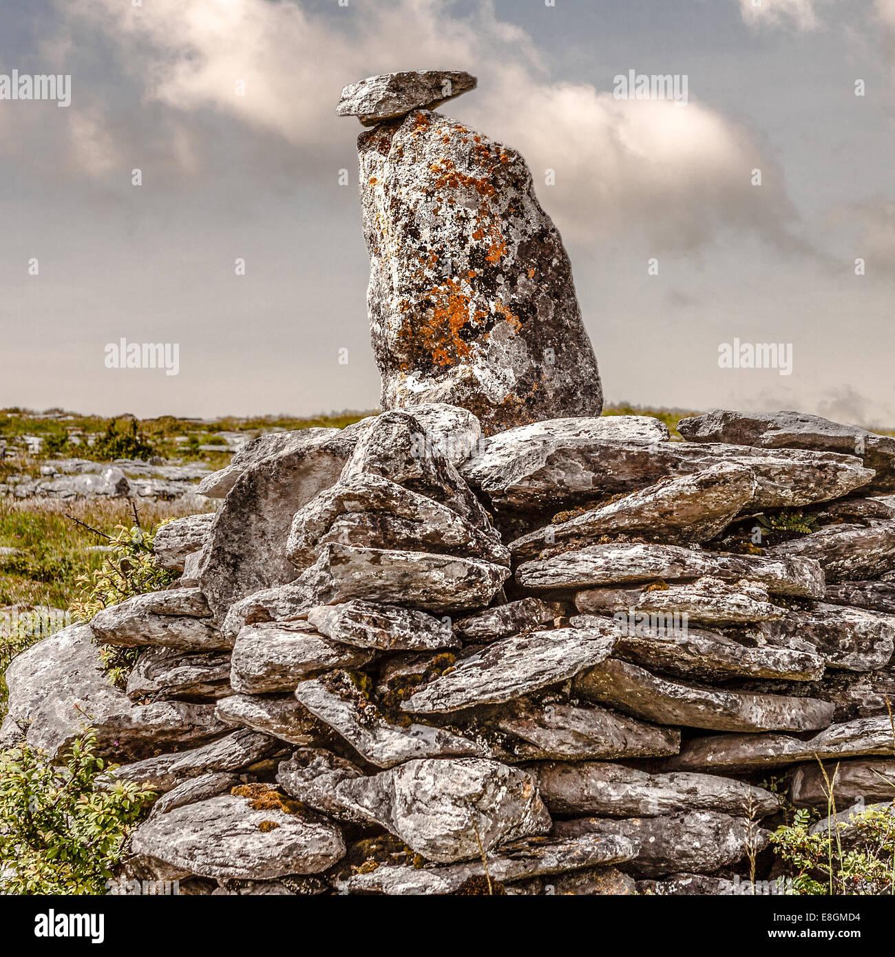 Regno Unito e Irlanda del Nord, Ulster, County Down, Newry, Burren, due pietre bilanciato sulla pila di rocce Immagini Stock