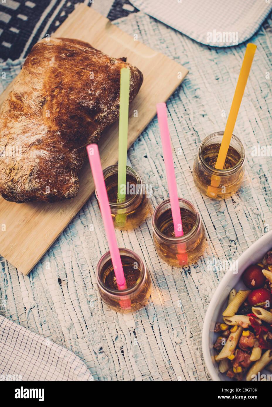 Angolo di Alta Vista della pagnotta di pane e lâ Elderflower bevande Immagini Stock