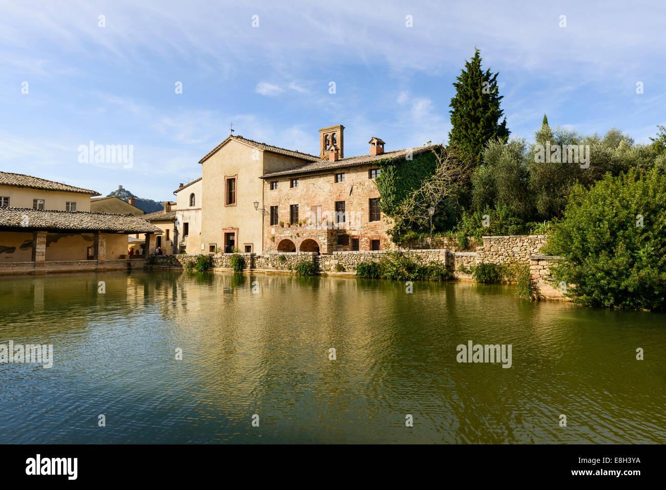 Bagno vignoni piazza delle sorgente la piscina termale e la chiesa