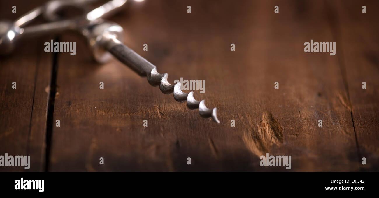 Cavatappi antichi in legno rustico superficie. Immagini Stock