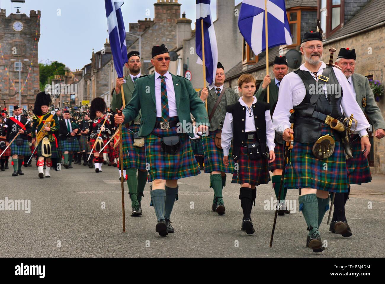 Dignitari della città portando la sfilata delle bande di cornamuse, Dufftown, murene, Highlands, Scotland, Immagini Stock