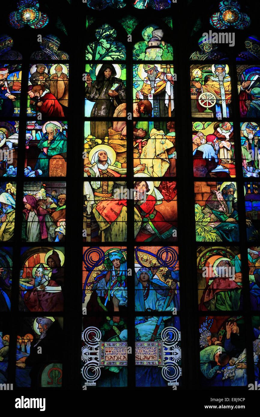 Dettaglio di una vetrata Alphonse Mucha. La vita dei santi Cirillo e Metodio. La Cattedrale di San Vito, Venceslao Immagini Stock