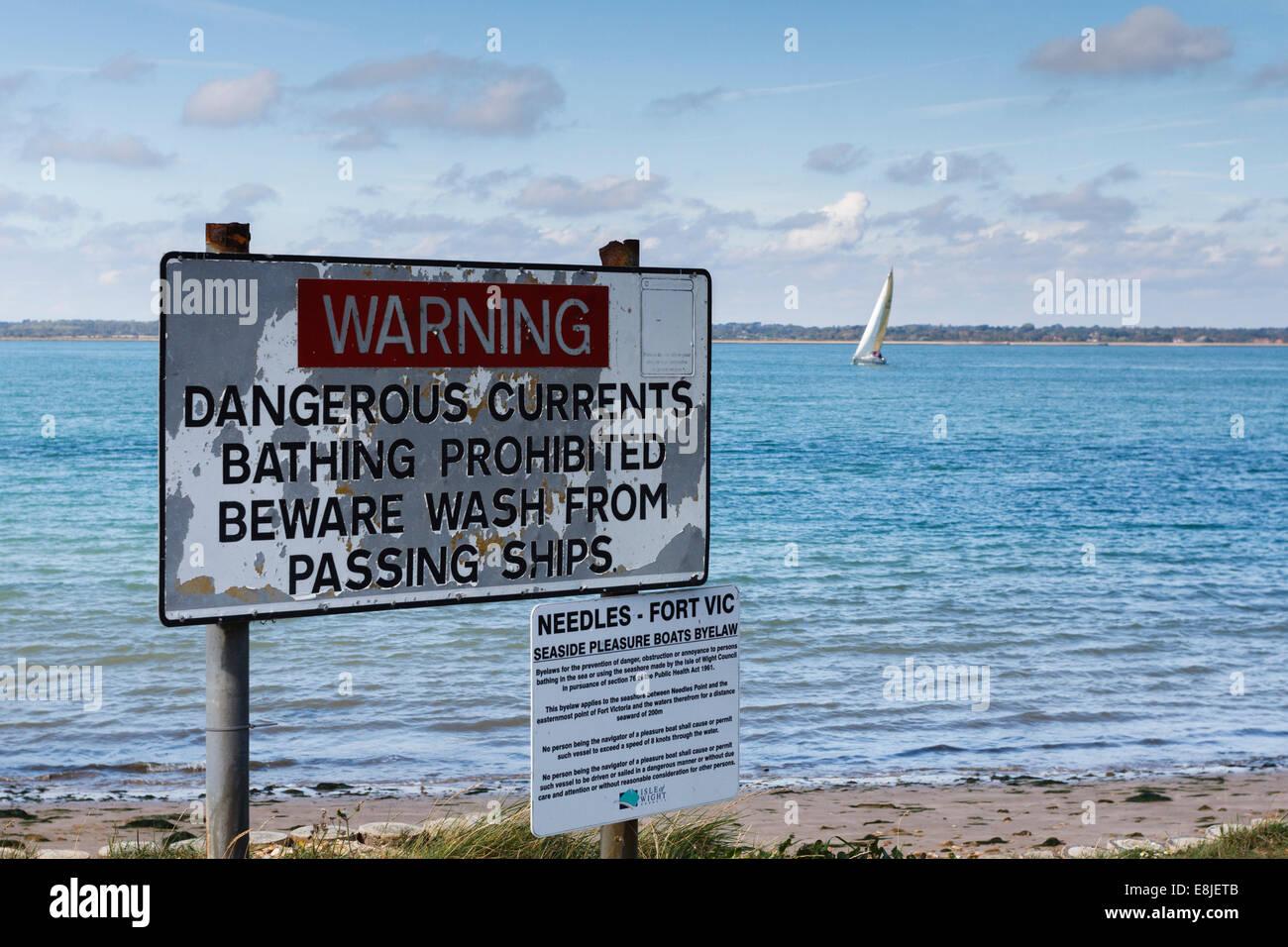 Segno sulla isola di Wight di avvertimento di currnts pericolose e che vietano il nuoto, England, Regno Unito Immagini Stock