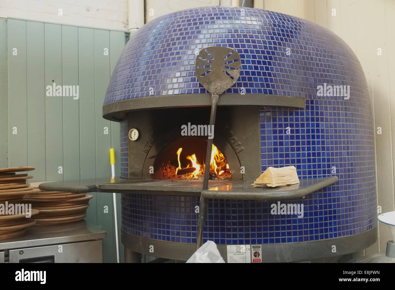 Illuminazione di un italiano tradizionale a legna per la pizza in