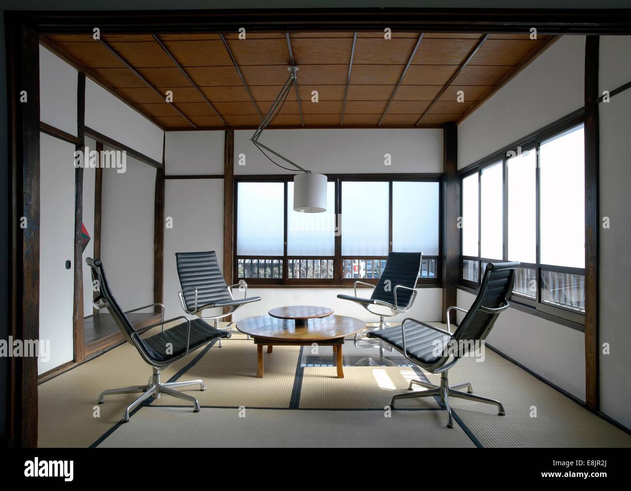 Contemporanea sala tatami con charles eames sedie per ufficio in un