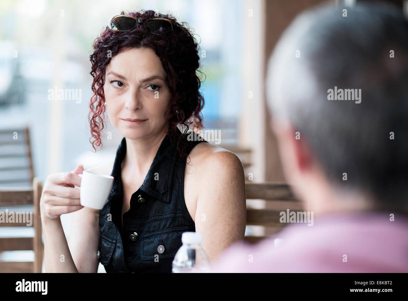 Matura in un coffee shop Immagini Stock