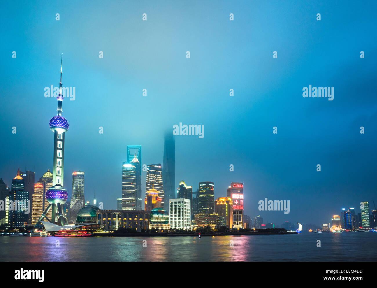 Skyline di Shanghai Il Bund di notte, punto di riferimento della Cina. Immagini Stock