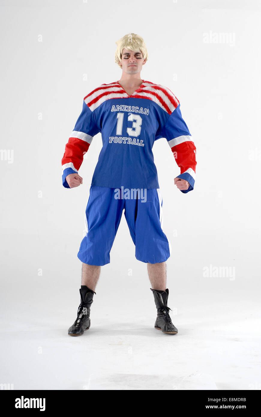5d17a77d4b8f Uomo in costume costume da commedia come un giocatore di football americano  con piena di un kit sportivo