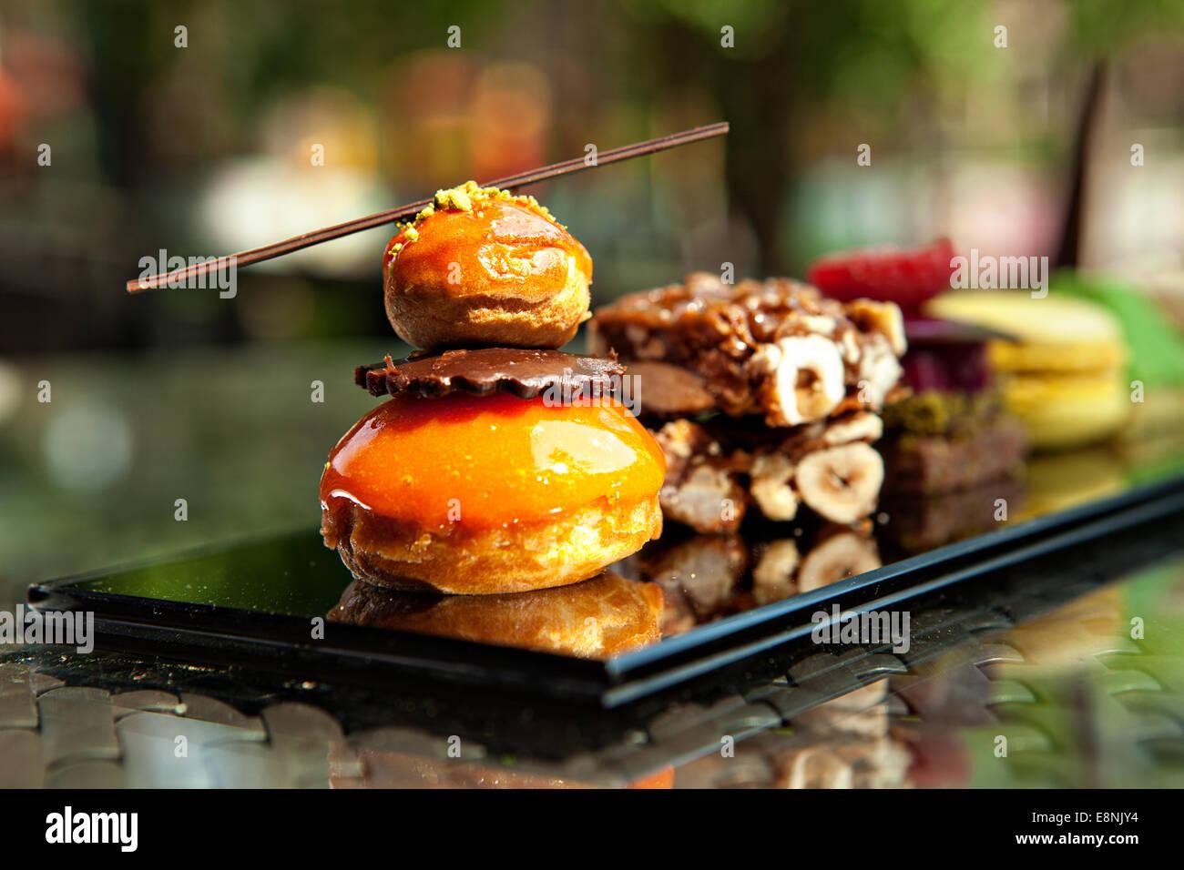 Splendida vista di diverse torte e biscotti, servita in esterno Immagini Stock
