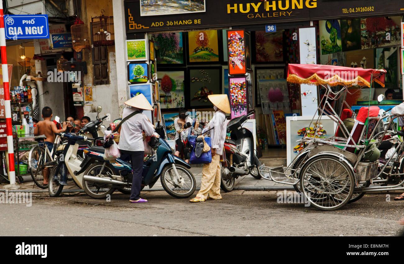 Una normale giornata in una strada di Hanoi, Vietnam Foto Stock