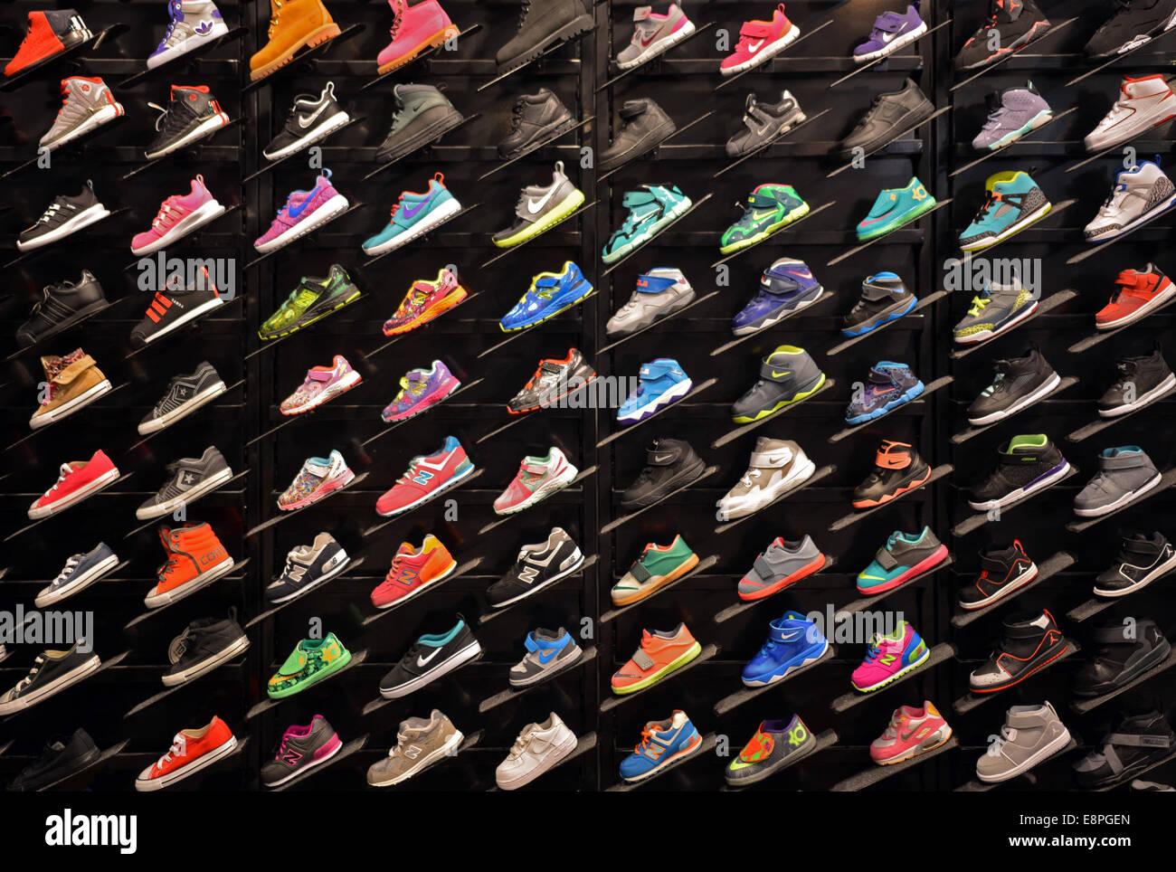 più popolare calzature A basso prezzo Kids Shoes Display Immagini & Kids Shoes Display Fotos Stock ...
