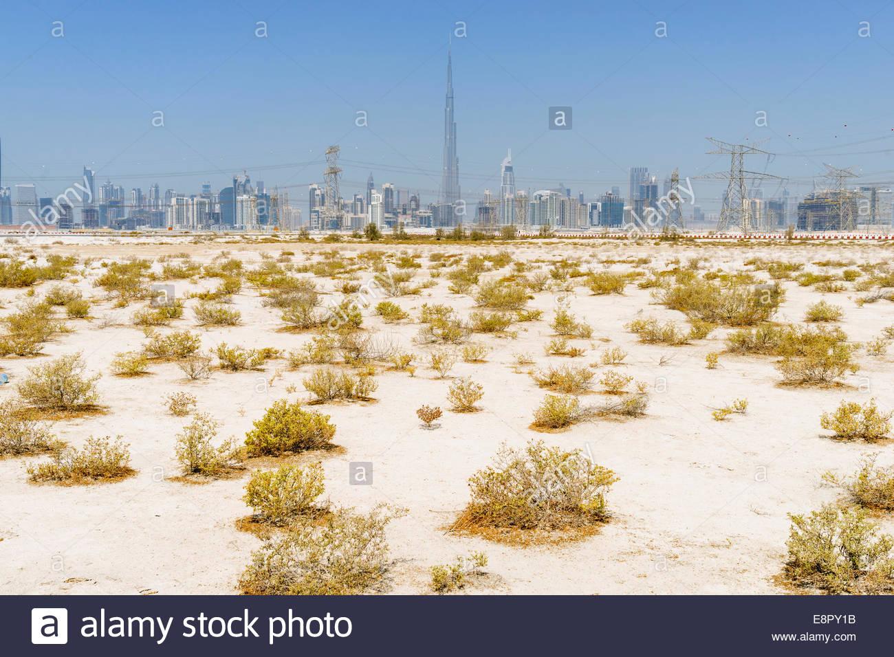 Skyline di grattacieli e Burj Khalifa dal deserto in Dubai Emirati Arabi Uniti Immagini Stock
