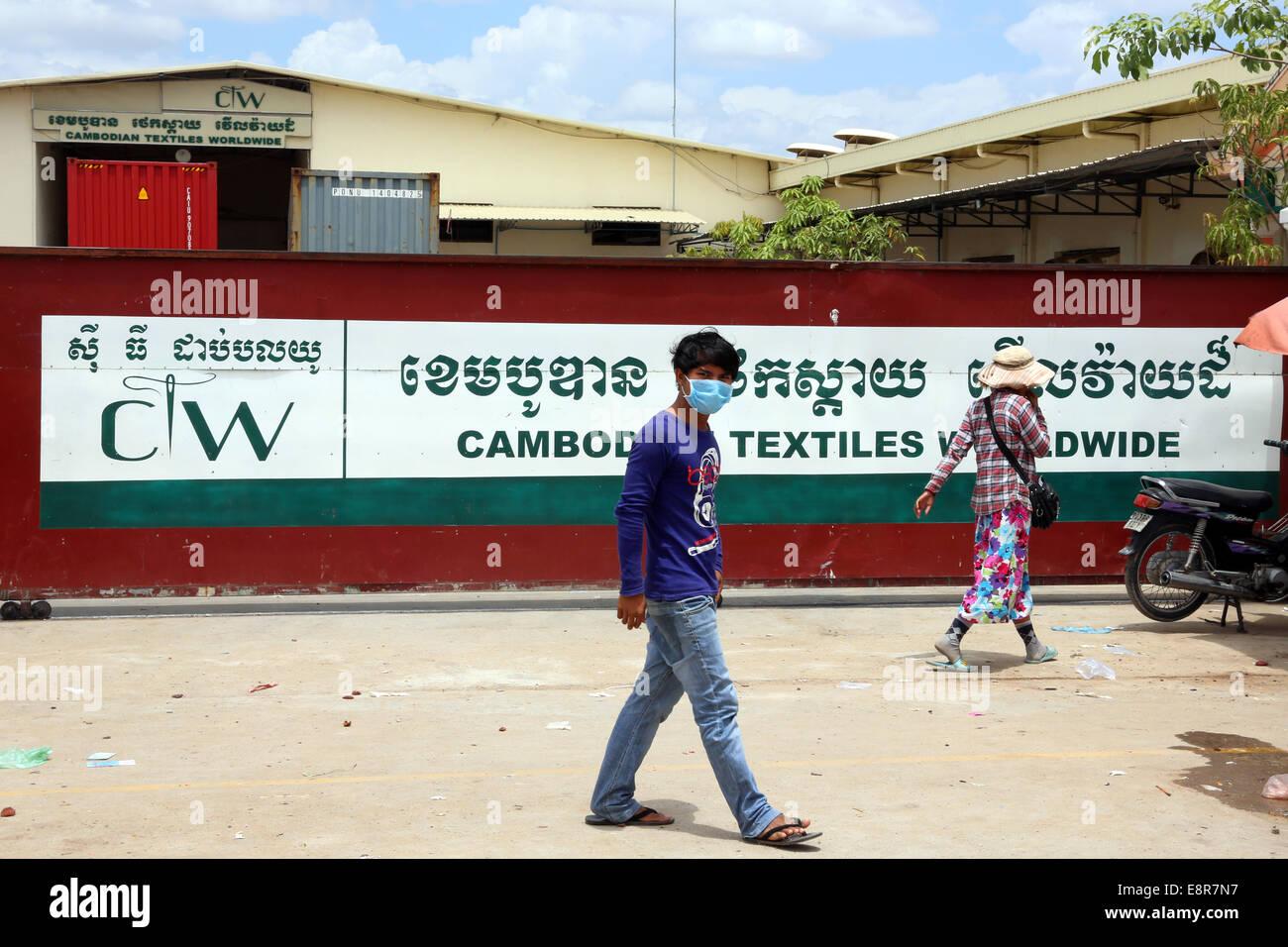Porta ad un cinese azionato fabbrica tessile nella zona industriale di Pochentong in Phnom Penh in Cambogia, in Immagini Stock