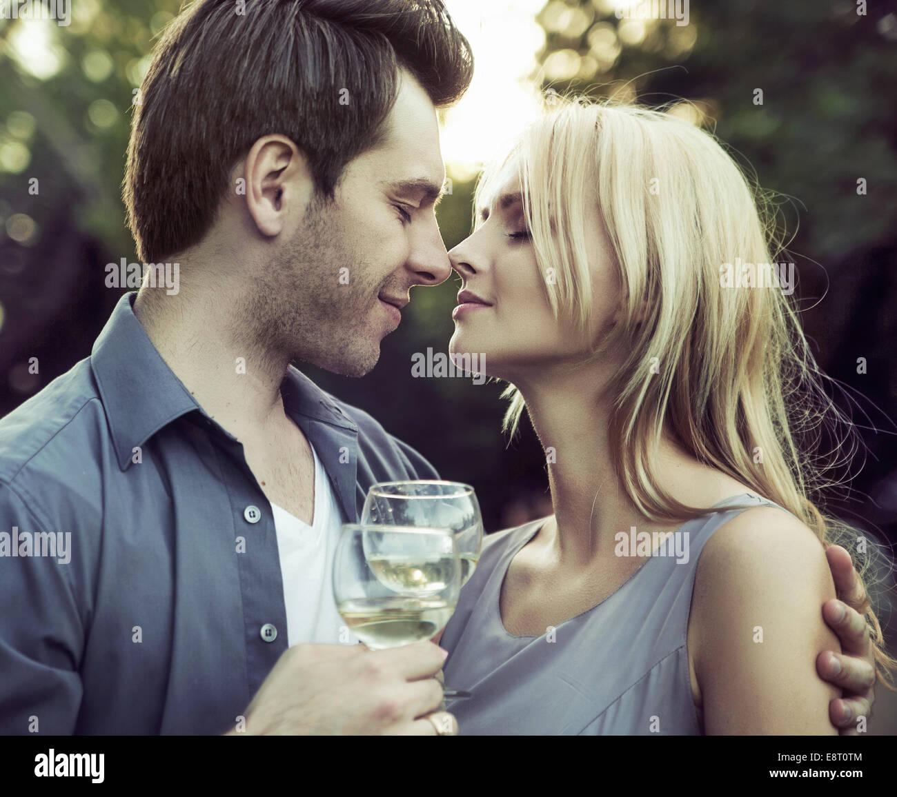 Momento prima il romantico bacio sulla data Immagini Stock
