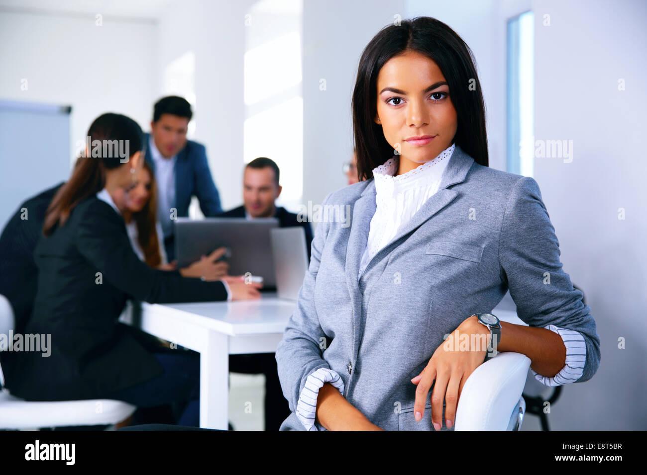 Imprenditrice seduto sulla sedia da ufficio nella parte anteriore del business meeting Immagini Stock