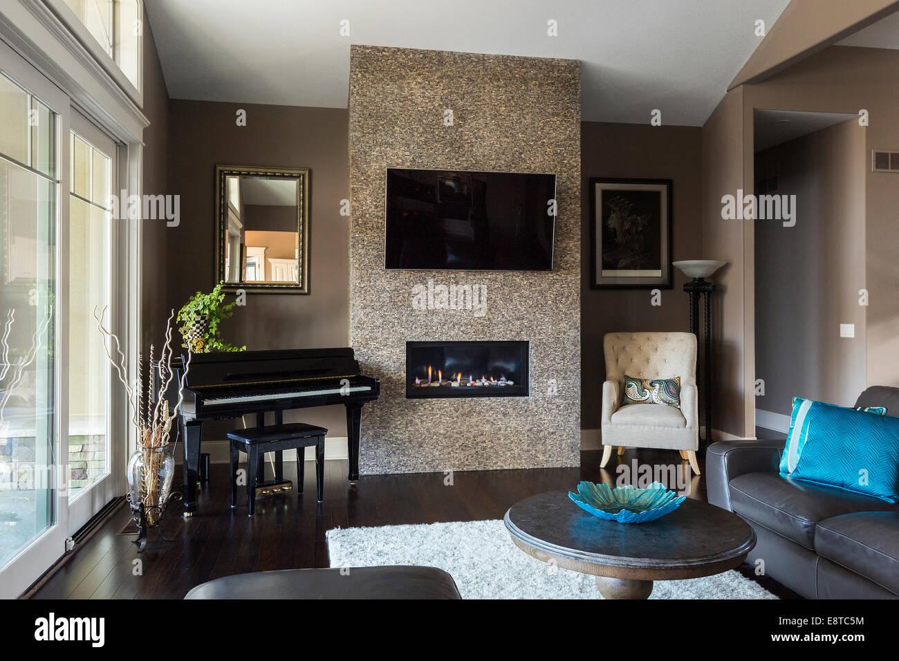 Soggiorno Moderno Con Camino tv e divano, pianoforte e caminetto in soggiorno moderno