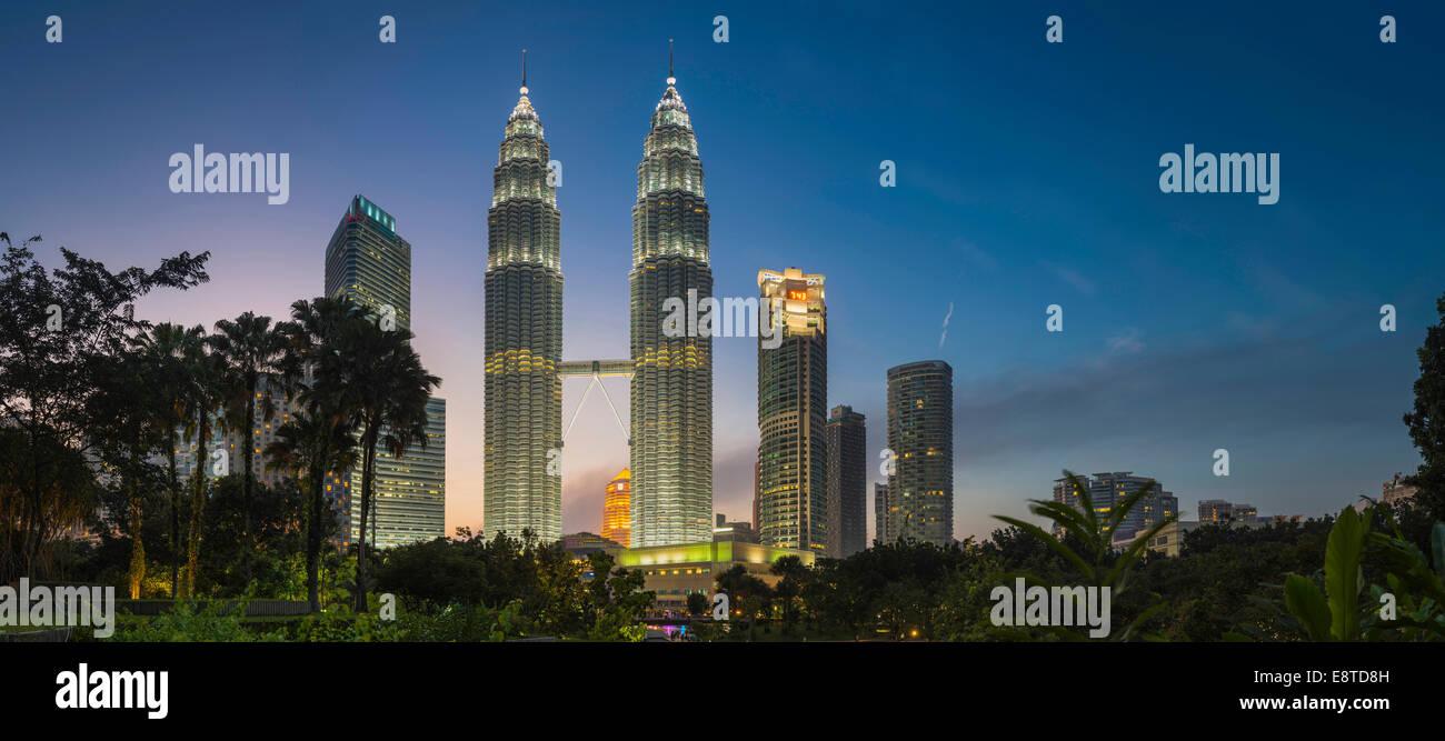 I grattacieli illuminati nella città di Kuala Lumpur, dello skyline di Kuala Lumpur in Malesia Immagini Stock
