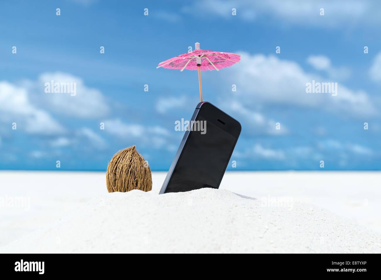 Telefono Cellulare E Cocktail Ombrellone Sulla Spiaggia Con Il Mare