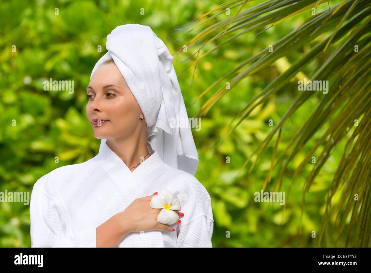 Salute, Spa e il concetto di bellezza - bella donna di asciugamano Immagini Stock