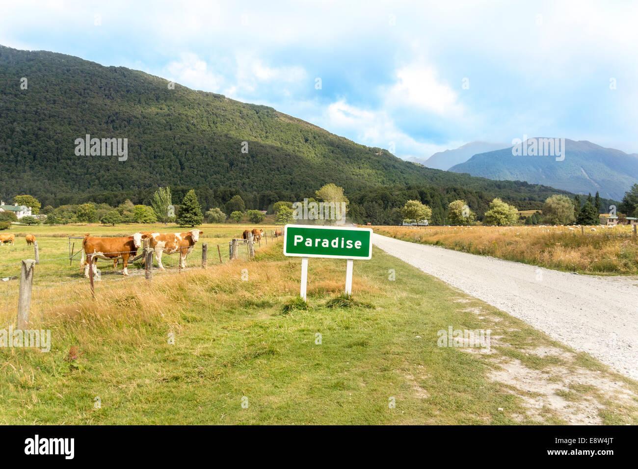 Il paradiso è una pastorale luogo rurale nella regione di Otago dell'Isola Sud della Nuova Zelanda. Cartello Immagini Stock