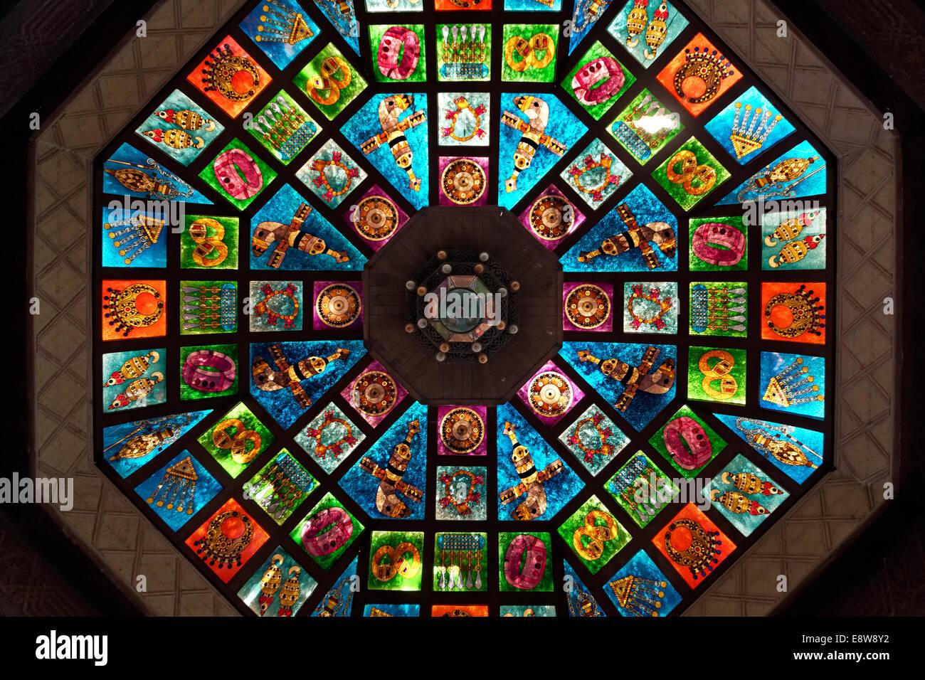 Cupola di vetro, ornano il vetro macchiato lucernario in Muttrah Souq mercato, Muttrah, Muscat Oman Immagini Stock