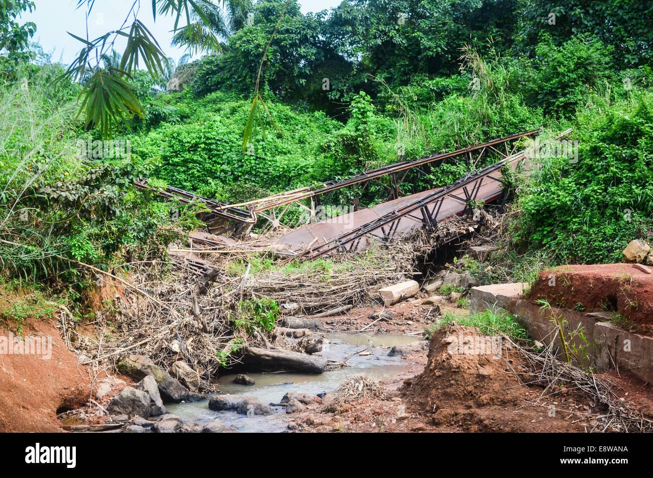 La carenza di infrastrutture in Nigeria, strade sterrate, le inondazioni e i ponti distrutti Immagini Stock