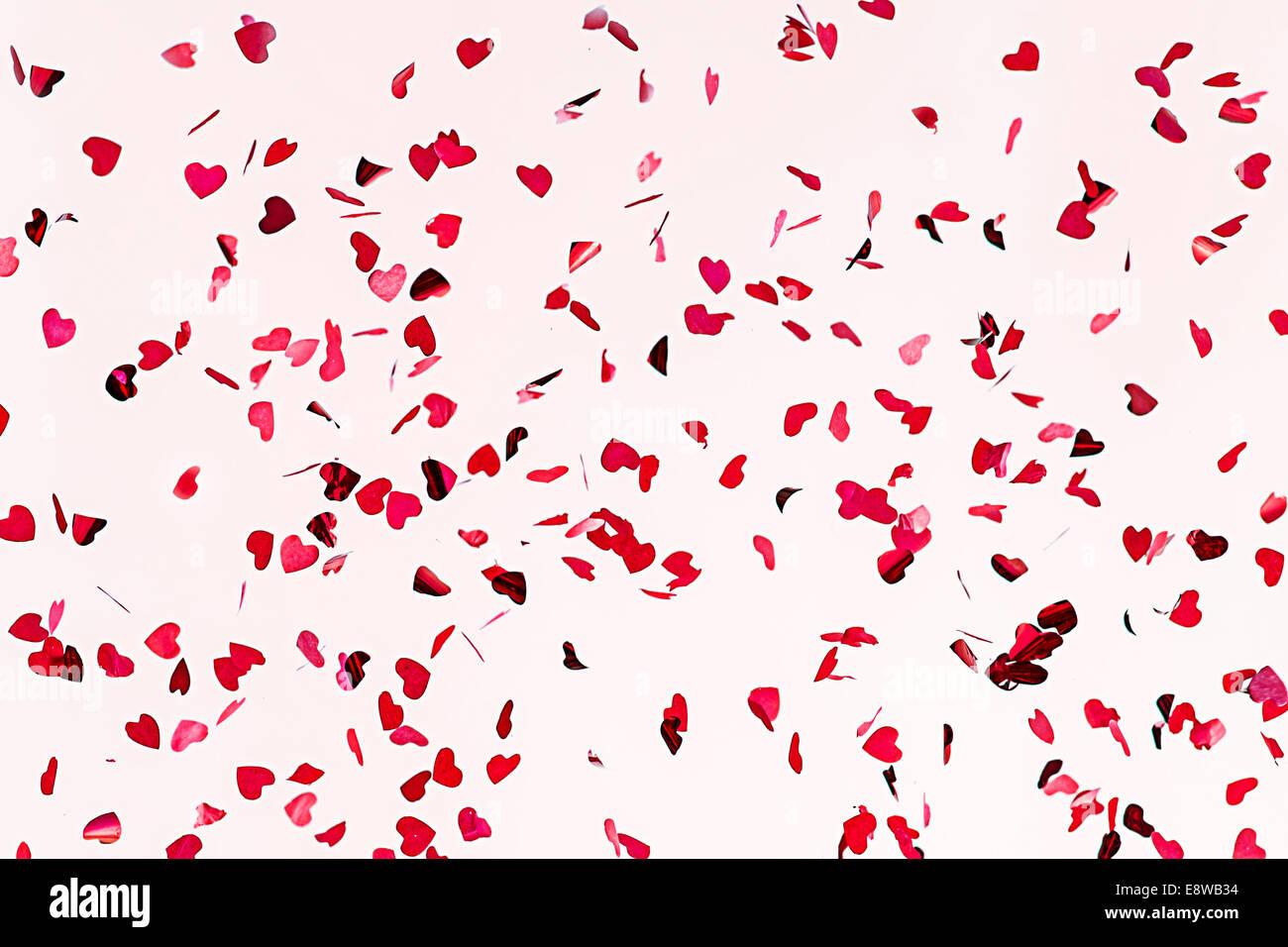 Tutto ciò di cui hai bisogno è l'amore. Vista ingrandita di coriandoli cuori di colore rosso contro Immagini Stock