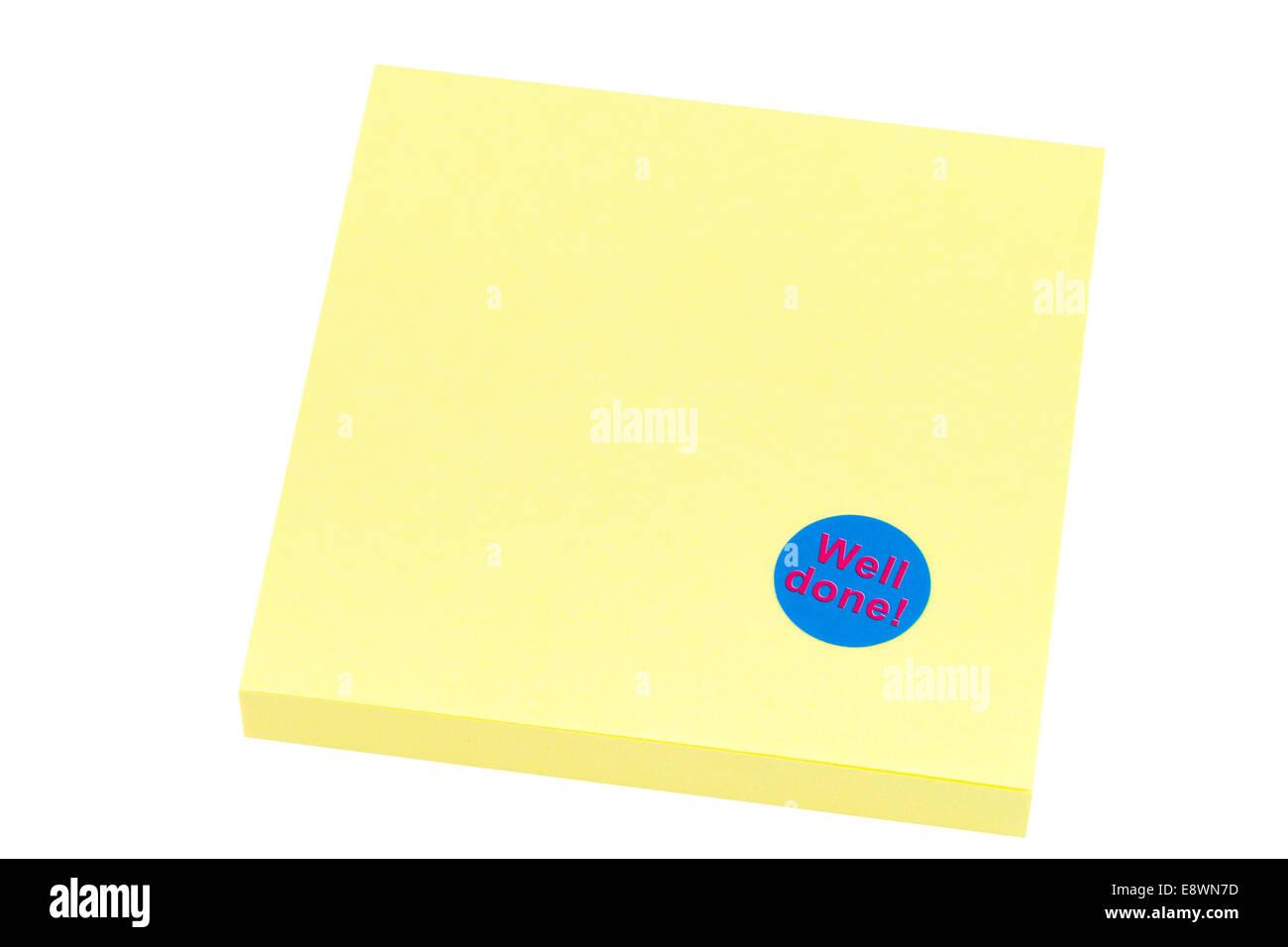 Blank bigliettino giallo su sfondo bianco Immagini Stock