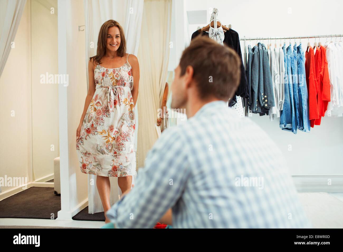 new arrival 75d24 dc1b8 Donna cerca su vestiti per ragazzo nel negozio di ...