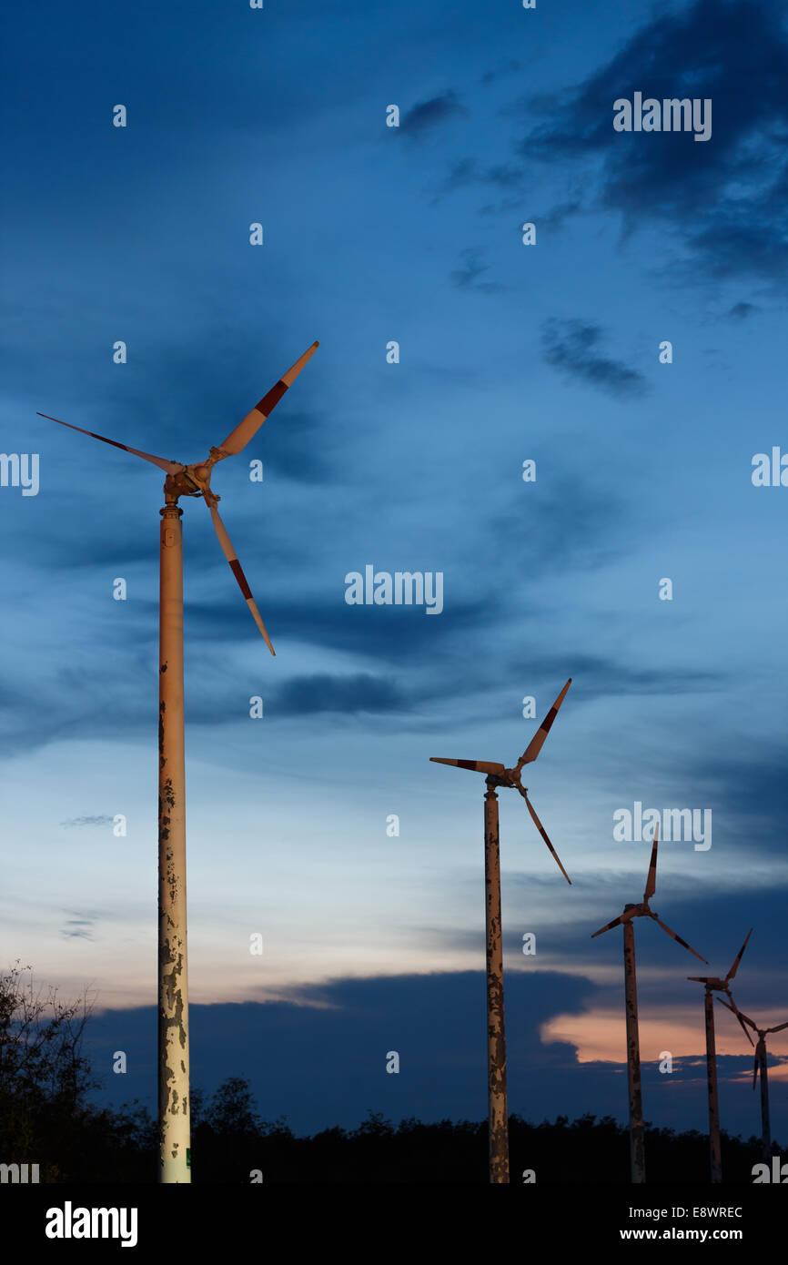 Vecchie turbine eoliche innovazione sullo sfondo di potenza Immagini Stock