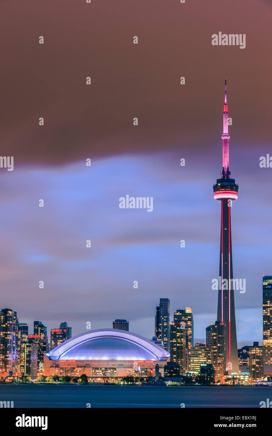 Famoso Skyline di Toronto con la CN Tower e il Rogers Centre dopo il tramonto preso da Toronto Islands. Immagini Stock