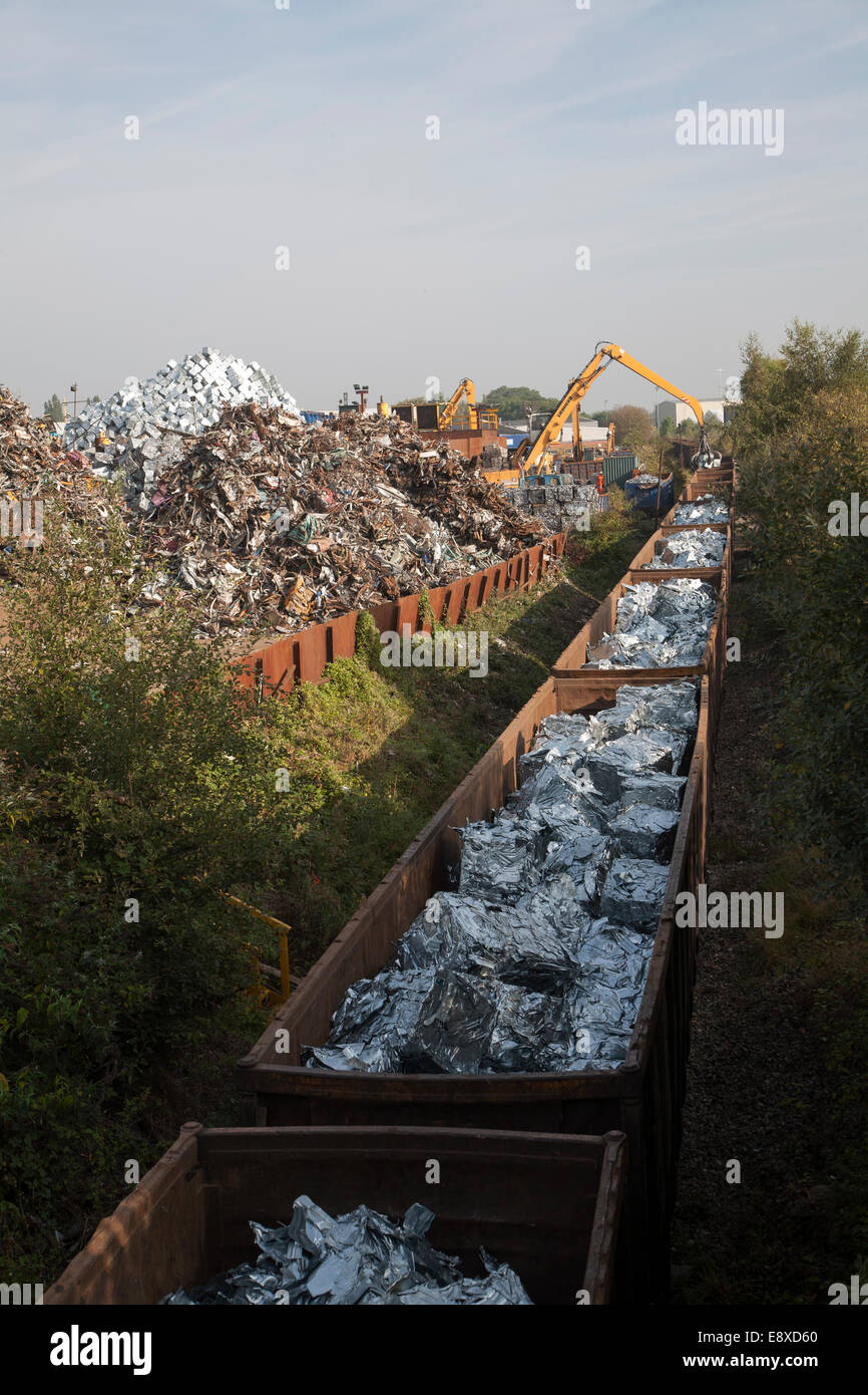 Rottami metallici Riciclaggio treno di carico dei carri con metalli lavorati, EMR company, Swindon, England, Regno Immagini Stock