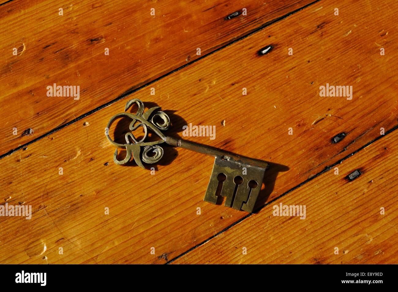 Assi Di Legno Decorate : Un ornati in ferro decorato chiave si trova su assi di legno foto