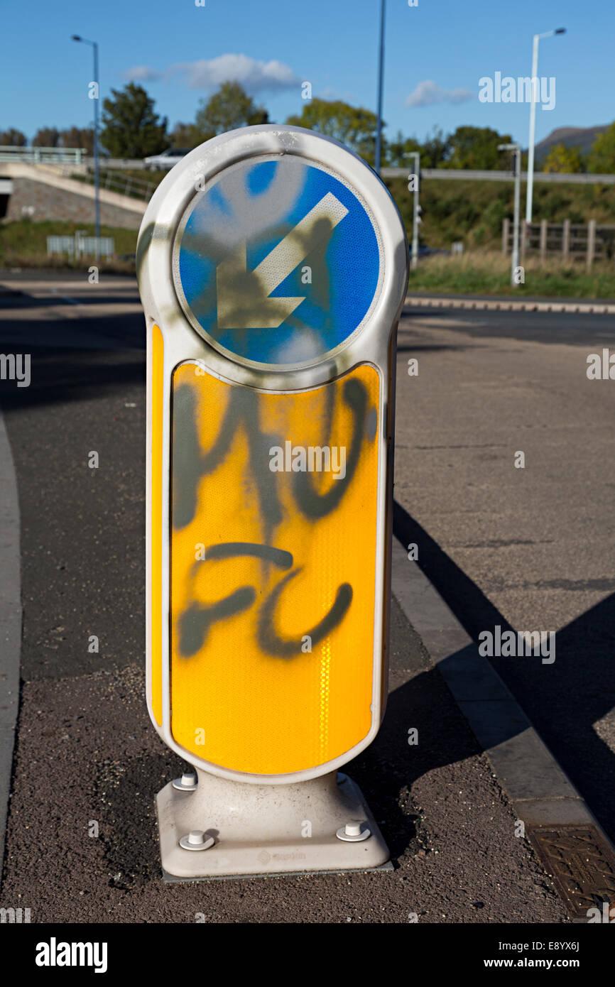 Graffiti su strada tenete la sinistra segno, Llanfoist, Abergavenny, Wales, Regno Unito Immagini Stock