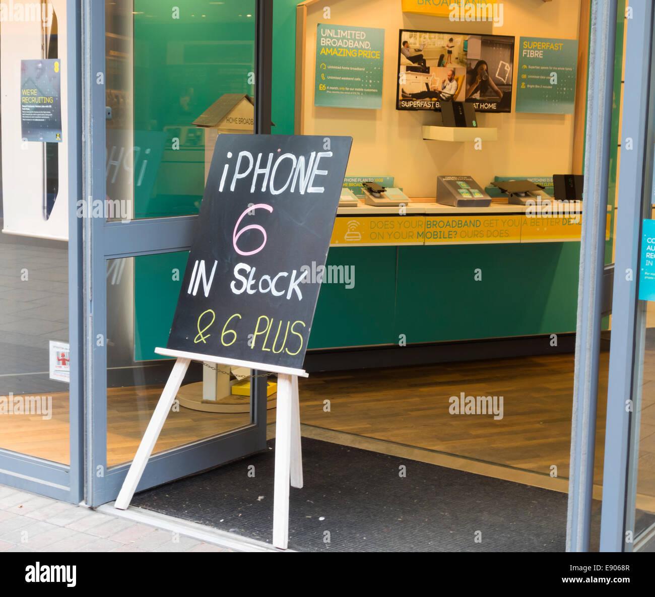 Iphone 6 in stock accedi EE ingresso del negozio. Inghilterra, Regno Unito Immagini Stock