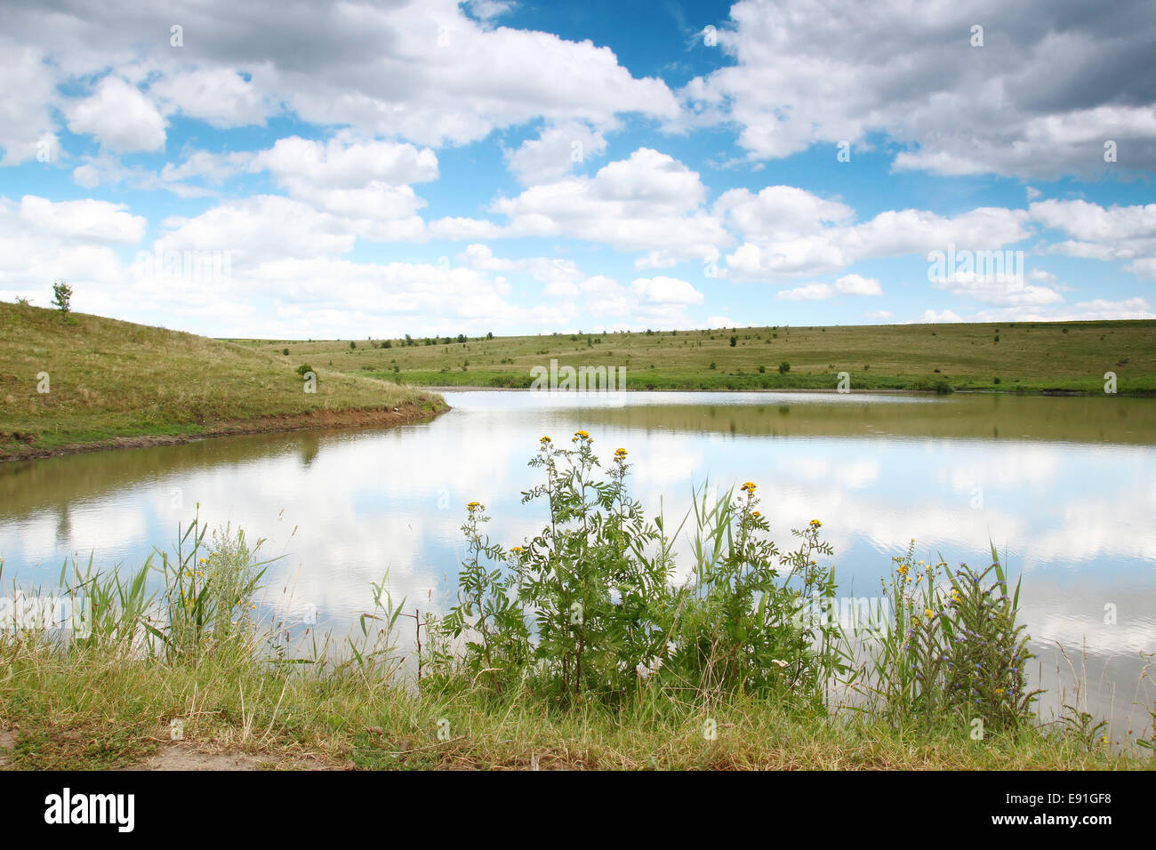 Il bellissimo paesaggio del lago Immagini Stock
