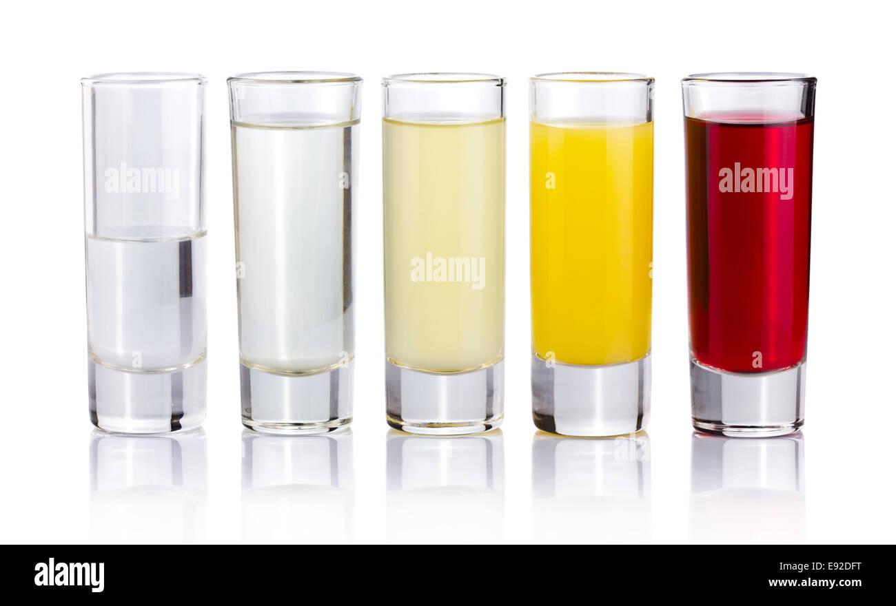 Cinque shot bere cocktail isolato su bianco Immagini Stock
