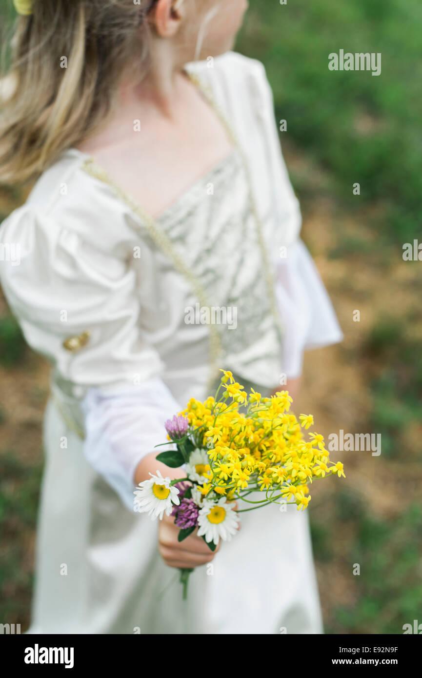 Giovane ragazza vestita come la principessa Holding bouquet di fiori Immagini Stock