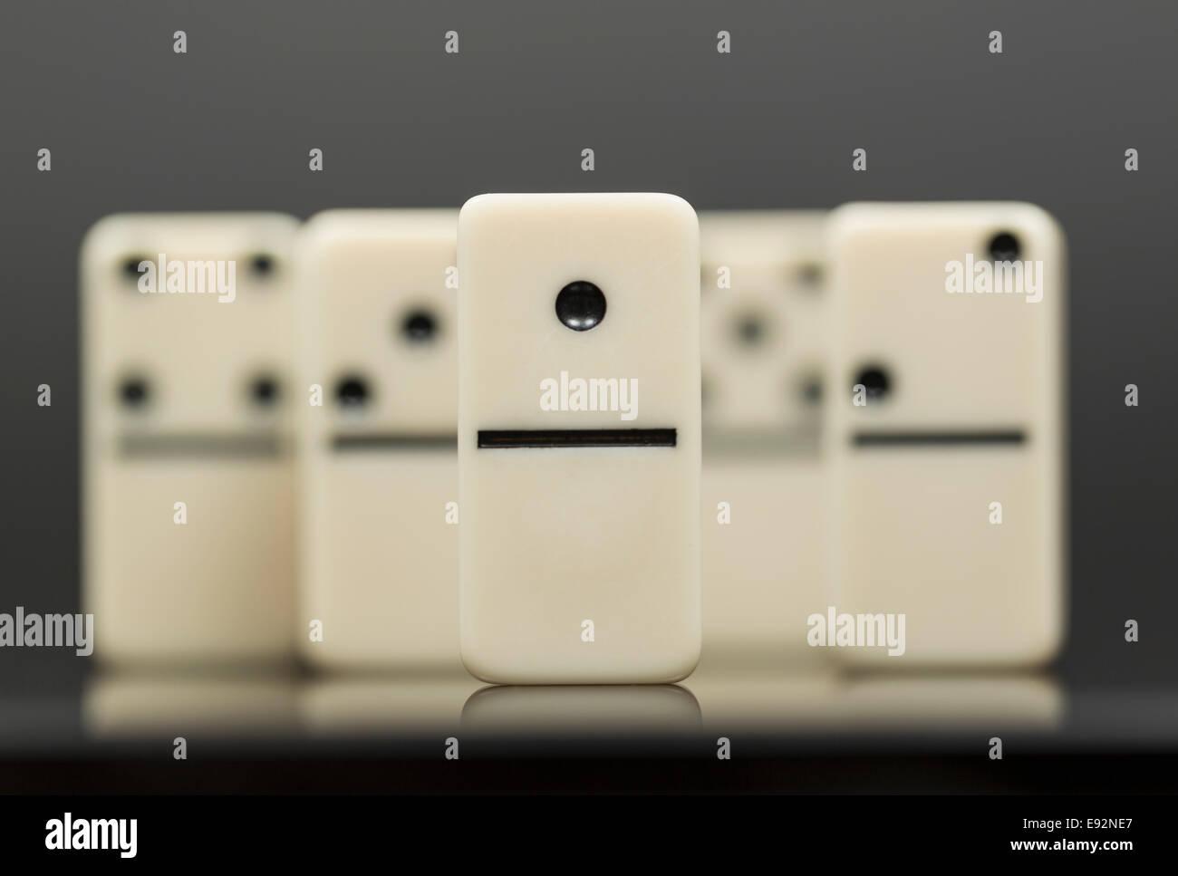 Il numero uno di domino nella parte anteriore del gruppo di altri Immagini Stock