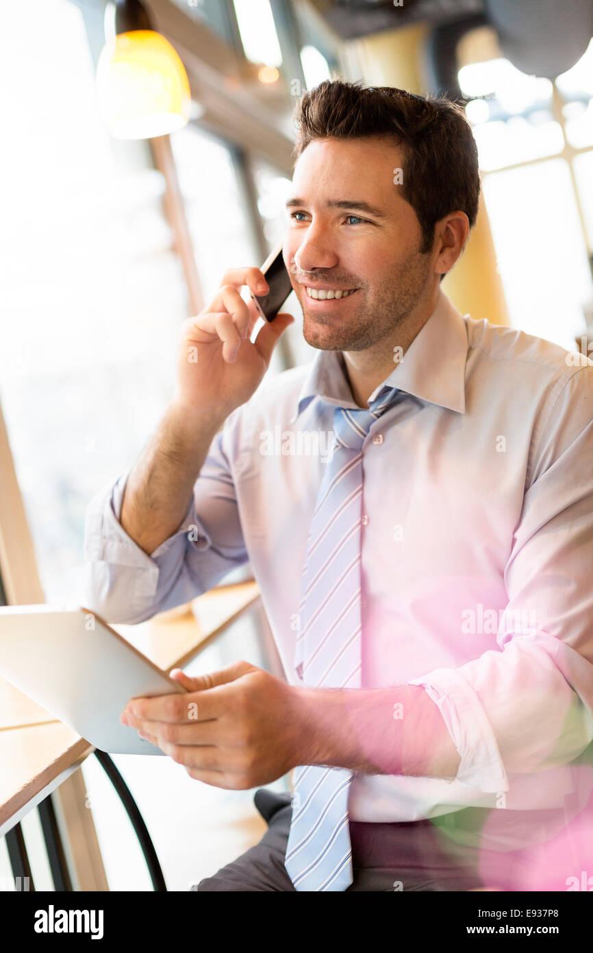 Imprenditore utilizzando un telefono cellulare Immagini Stock