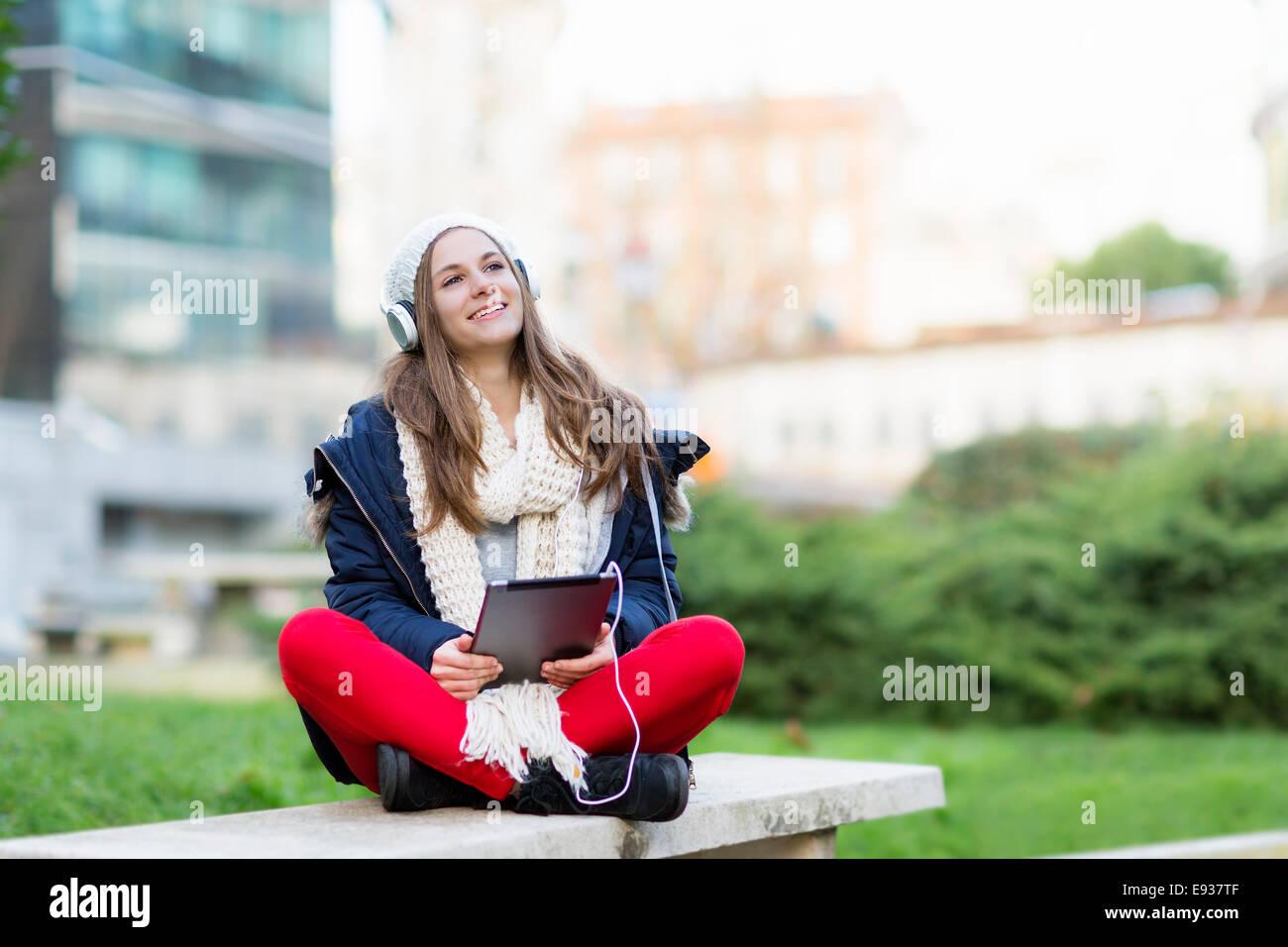 Ritratto di ragazza adolescente ascoltando musica Foto Stock
