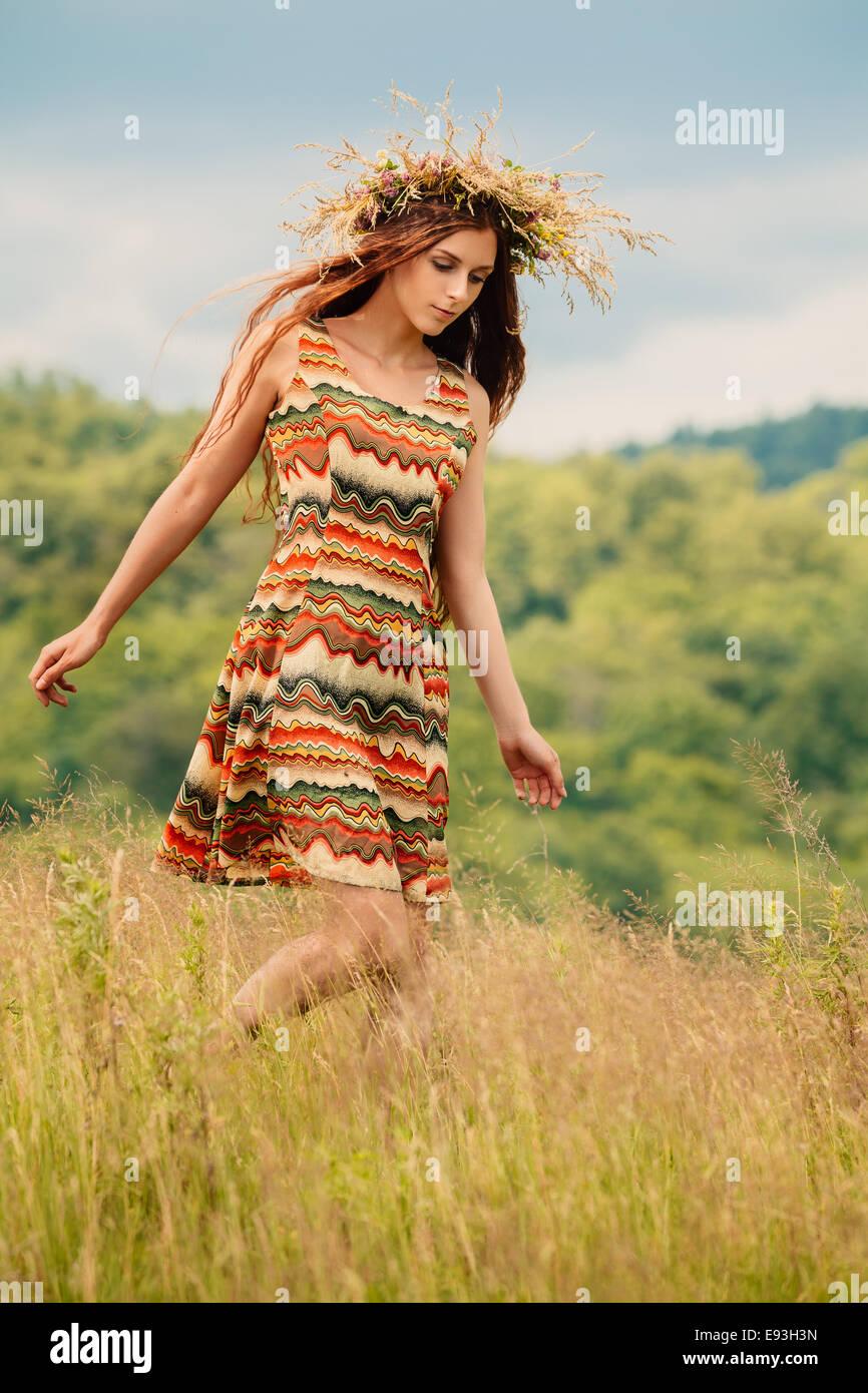 Donna che cammina nel campo Immagini Stock