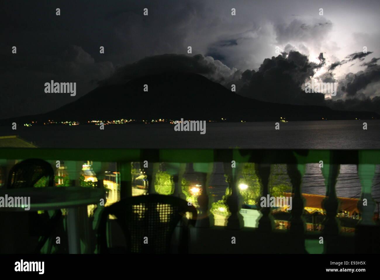 Tempesta su Lago de Atitlan , Guatemala. Immagini Stock