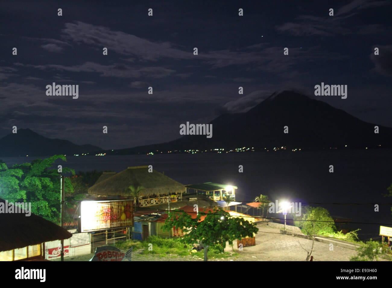 Una notte tempo di scena del Lago de Atitilan, in Guatemala, in 2006. Immagini Stock
